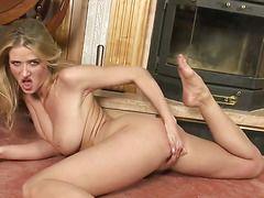 порно девушка раздевается на улице
